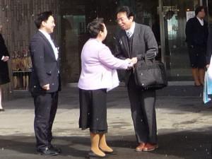 南三陸ホテル観洋 女将 阿部さん(中央)と三陸新報社編集長 小野寺さん(右)